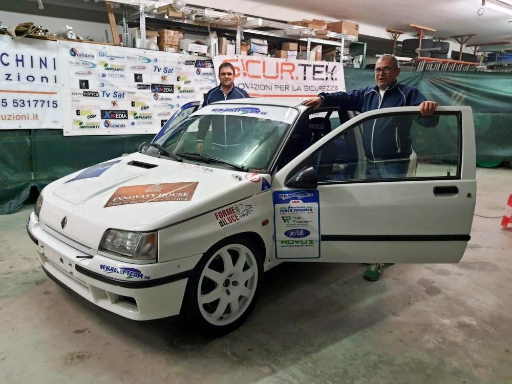 I-fratelli-Zanini-con-la-Renault-Clio-Williams-con-cui-prenderanno-parte-al-Rally-Due-Valli-2021